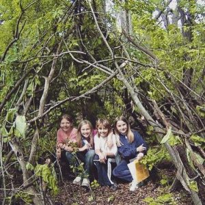 How to build an easy natural shelter with kids